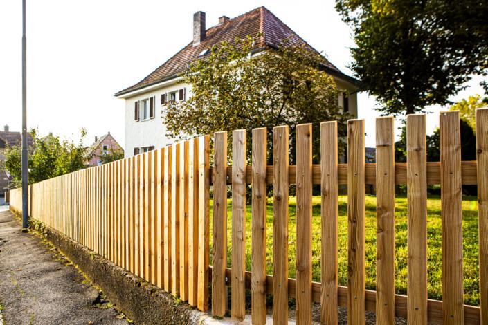 Gartenzaun Lärche Pfarrhaus Ebersdorf bei Coburg